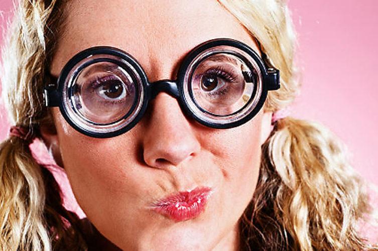 Смешная девушка в очках