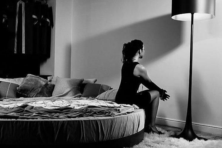 Картинки черно белые девушка и кровать