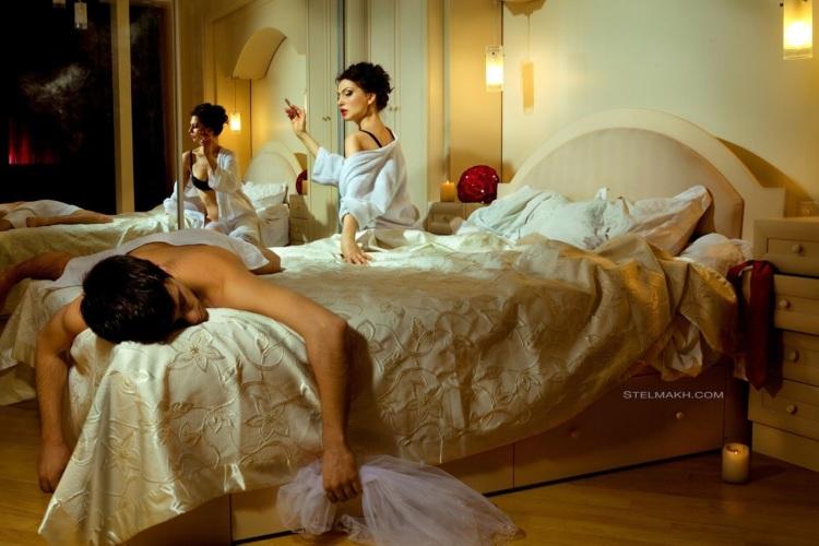 фото молодоженов в постели вставляет руку