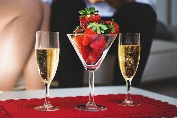 Шампанское с клубникой картинки