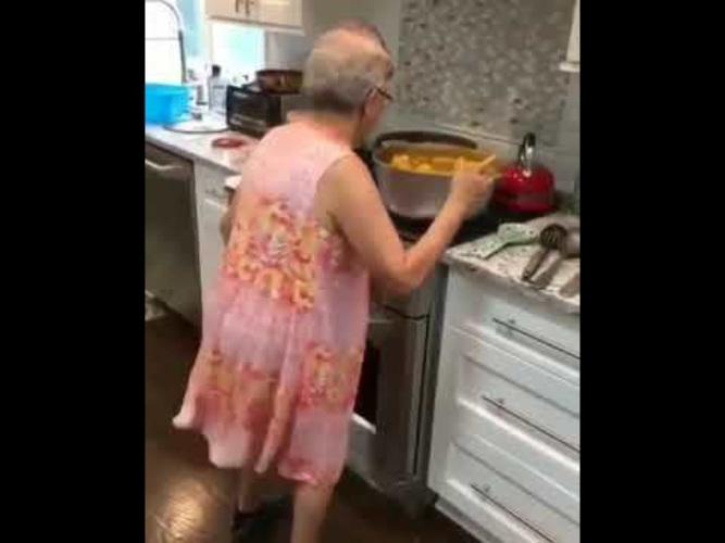 Старушки на кухне смотреть ролики 5